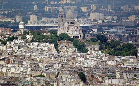 从巴黎市区经圣心大教堂远眺巴黎城区新旧对比明显(图片来源于网络)