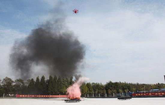 图:F240精准地从空中投弹将火情扑灭
