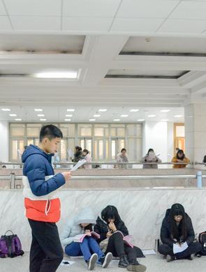 紧张备战期末 山东大学生席地而坐复习
