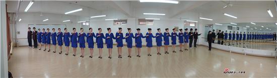 空乘专业学生在上礼仪课