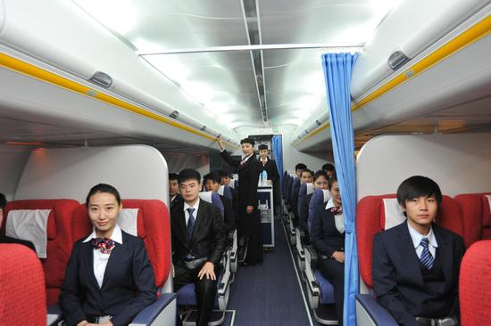 学生在模拟客舱上课