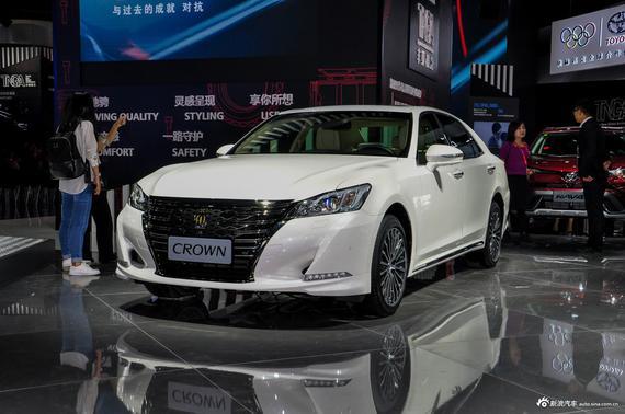 丰田新款皇冠于今年广州车展正式亮相。根据此前报道,未来新车由目前在售的9款车型减少到了5款车型,取消了2.5L发动机动力总成,同时在2.0T车型上进行了外观以及配置上的升级。