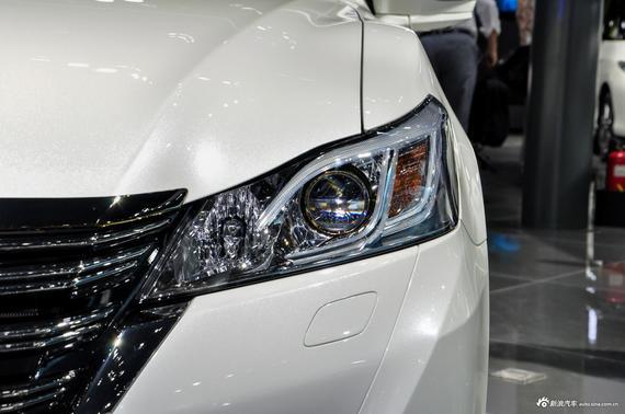 新车由目前在售的9款车型减少到了5款车型,取消了2.5L发动机动力总成,同时在2.0T车型上进行了外观以及配置上的升级。