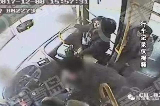 """青岛醉汉大闹公交车 打司机骂乘客还露下体""""耍流氓&quot"""