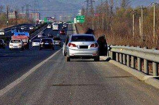 车正在山东一高速公路上行驶 副驾驶探出身子小便