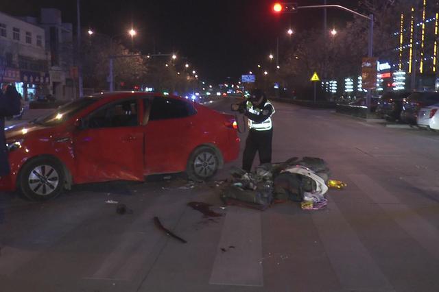 民警提醒:出行注意安全 深夜摩托车疑似闯灯酿事故