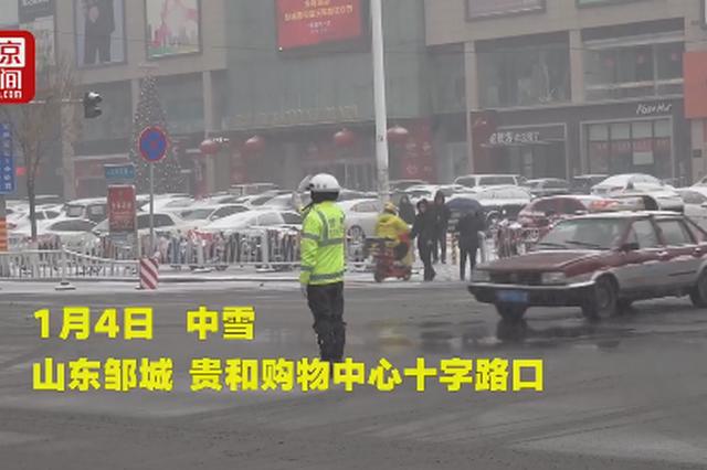 邹城警察护送母子过马路后敬礼 萌娃回敬