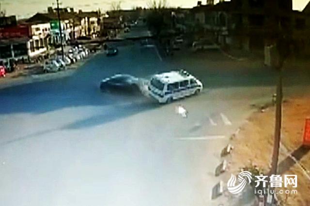 """十字路口""""加速跑"""" 潍坊一黑色轿车把救护车撞了个""""底朝天"""""""