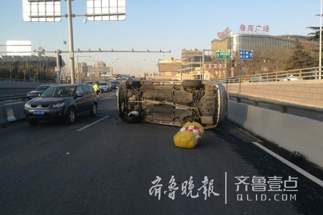 济南一轿车突然撞向路旁隔离墩翻车 司机竟是毒驾