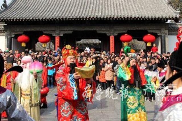 """三孔景区游人如织,一起看""""福禄寿""""三星迎春祈福"""