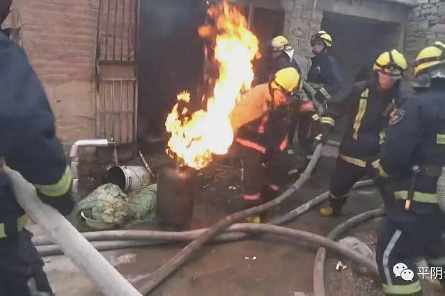 民宅起火 消防官兵抓起燃烧的煤气罐就往外跑