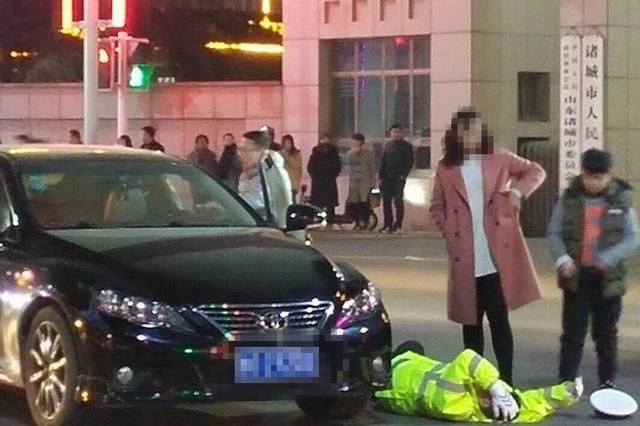 潍坊诸城一女司机开车走神 径直撞向路口执勤辅警