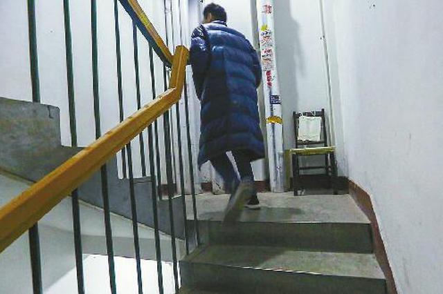 商住楼楼梯高 济南一市民摆椅子供邻居歇脚