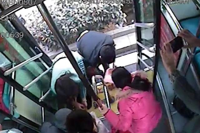 暖!青岛六旬老人乘公交黄豆撒了一地 一车乘客帮忙捡