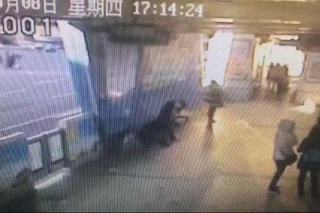 济南醉酒女子BRT站内嚎啕大哭 站务员安慰照顾免尴尬