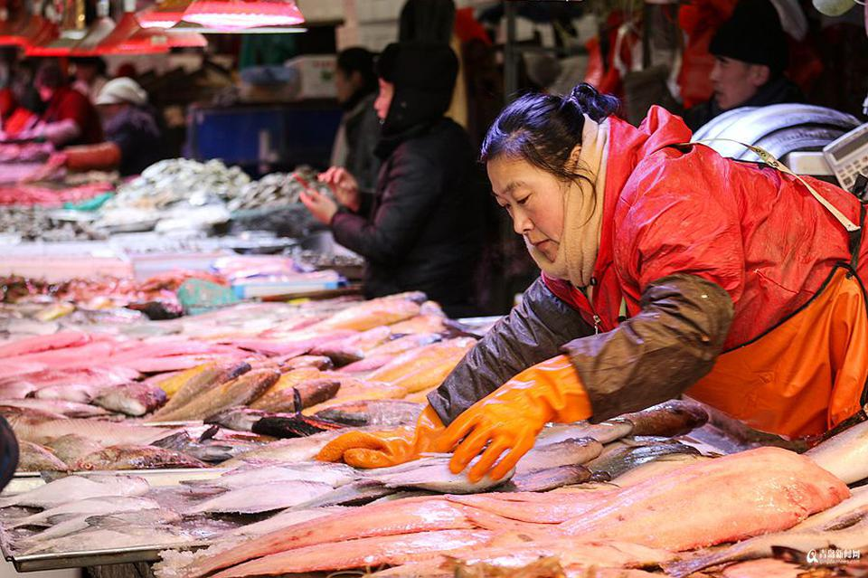 逛市场买海鲜种类多看花眼