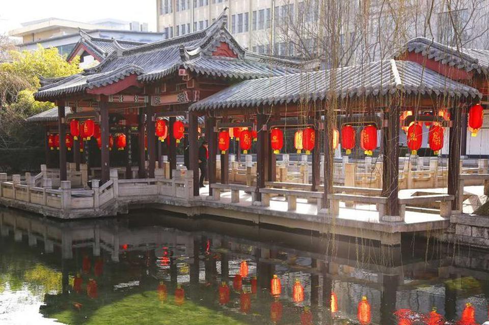 济南大红灯笼高挂迎新年