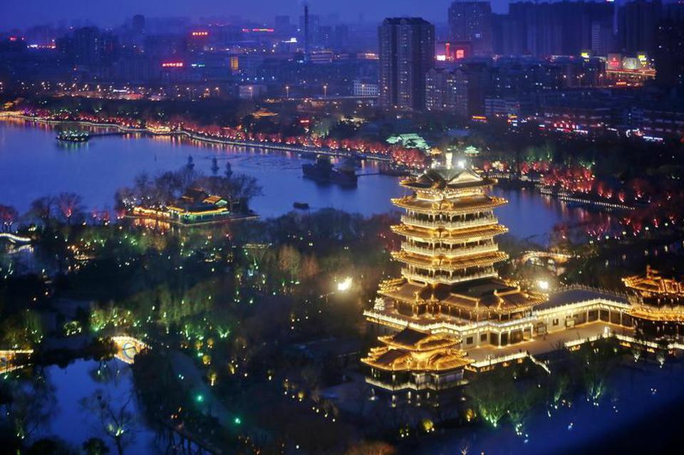 大明湖护城河上演灯光秀