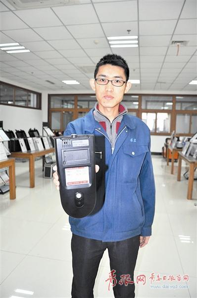 """青岛企业发明神奇""""手电筒"""" 能直接""""照""""出PM2.5"""