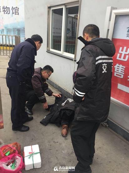 旅客突发心脏病 站务员喂下救心丸救他一命