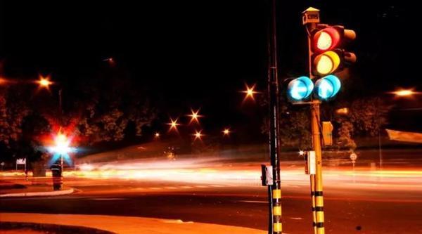 纳闷过没 为什么你开车遇到一个红灯就会一路红灯