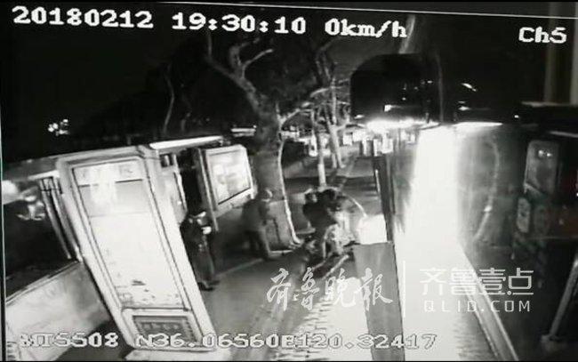 八旬老人路边摔伤 这个公交女司机扶了