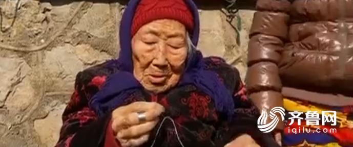 山东微山有个104岁老人 吃嘛嘛香穿针引线不在话下
