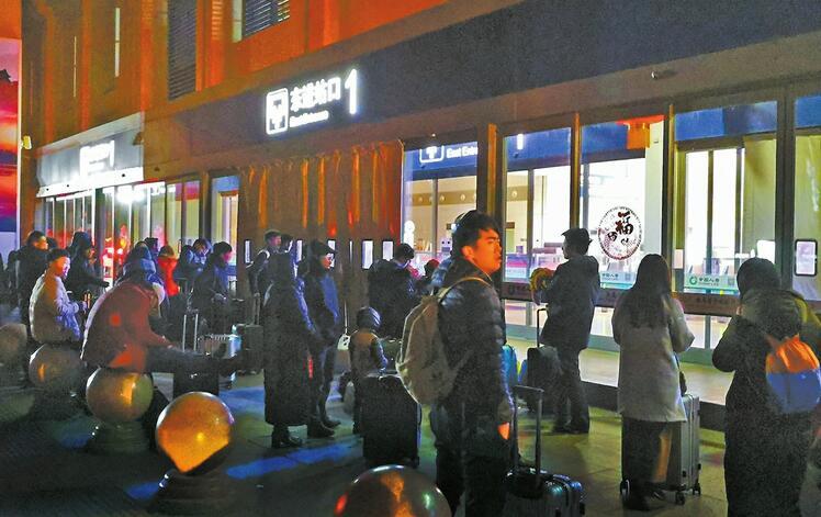 旅客吐槽济南西站:早上6点前到 只能挨冻等开门