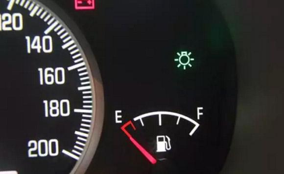 行驶途中,突然半路没油了该怎么办?