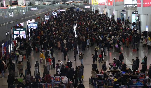 春运开启返程模式 申城三大火车站旅客人数居高不下