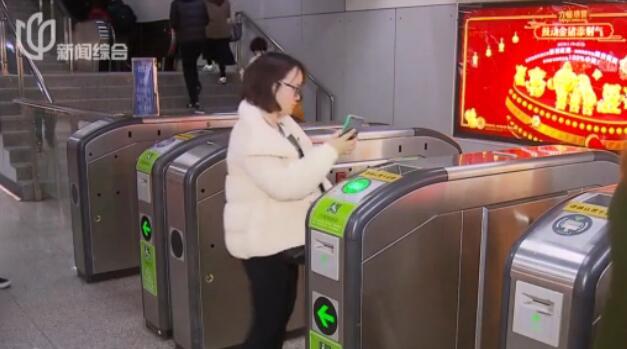 视频:须眉假装地铁工作人员 闸机口调包乘客交通卡
