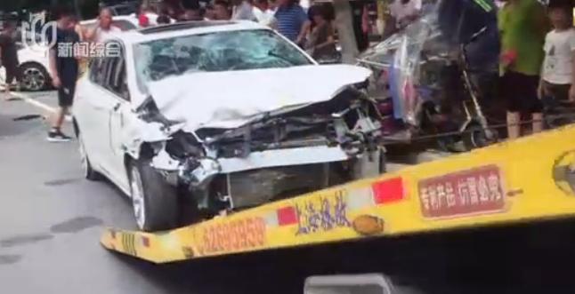 轿车转弯失控连撞行人车辆 致1人死亡2人受伤