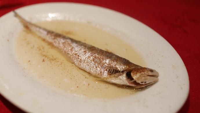 """鱼的季节.在""""长江三鲜""""之中,刀鱼被奉为至鲜.既然是至鲜,价"""