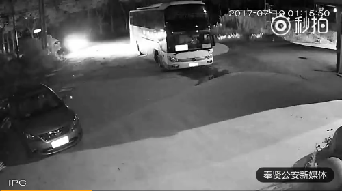 团伙深夜偷柴油 一箱油三分钟全抽完