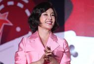 60岁刘晓庆粉裙扮嫩