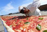 意大利厨师制作世界最长披萨