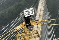 小伙爬世界最高桥向女友求婚