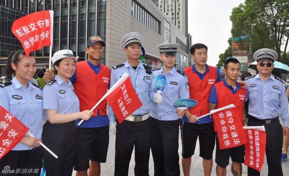 沪申花三将体验交警工作 宣传交通文明