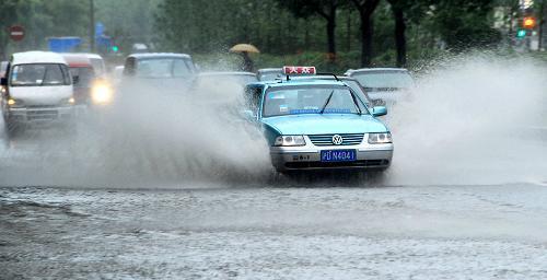 沪大暴雨高速限速多趟航班取消 罗山路最深积水1.2米