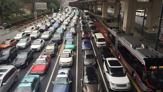 清明节小长假交通秩序顺畅有序 上海部分路段通行缓慢