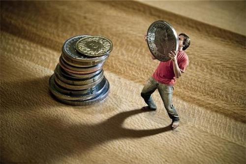 部分白领受困于经济负债问题 过度消费造就年轻负翁