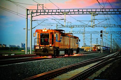 探访上海钢轨打磨车班 5节百米打磨车造价上亿元