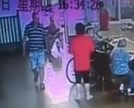 视频:老伯遭护理员殴打 护理员被行政拘留罚款500元