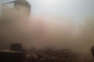 上海一路口临时建筑粉尘污染严重 过路行人小心翼翼