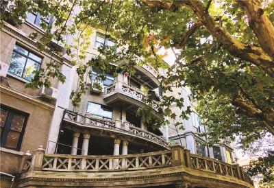 ◆复兴中路有海派上海最好的诠释。在浪漫的法国梧桐下的欧式建筑里,有弄堂小店,老上海排骨年糕店,绕三圈也找不着门的小书店……