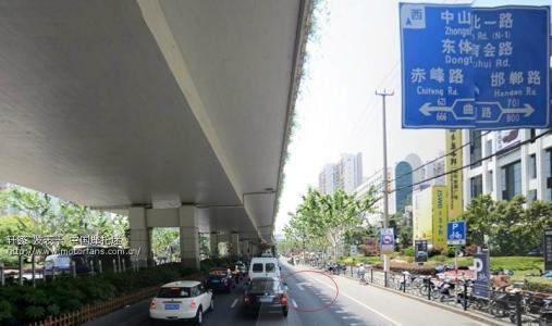 曲阳路公交电子屏显示错误路线 运营公司:未及时更新