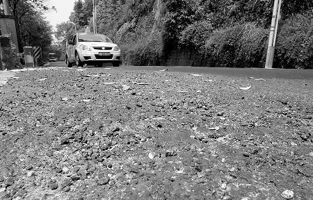 沪青平公路路面凹凸不平 致过路车辆剧烈颠簸