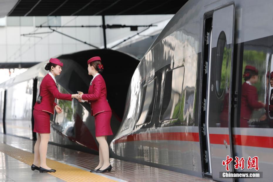 上海站首开复兴号京沪高铁 每天近百位旅客跑错火车站