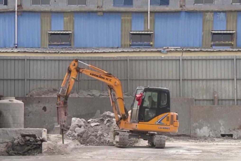 视频:市民举报违法排污作业 仅十多天企业场地被清空