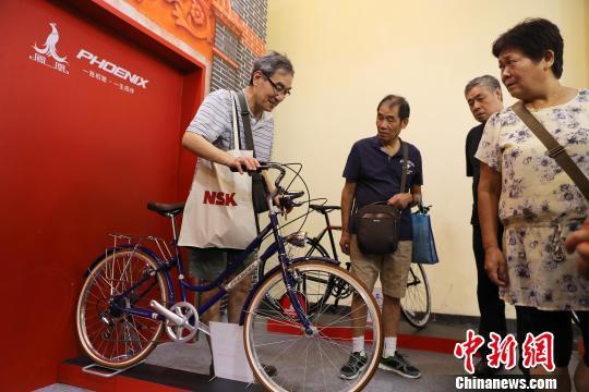 民众在感受新一代的凤凰自行车。殷立勤 摄